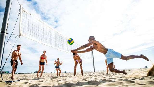 Пляжный волейбол: история, чем отличается от классического, как играть на пляже, отличия в играх, особенности, кем являются игроки