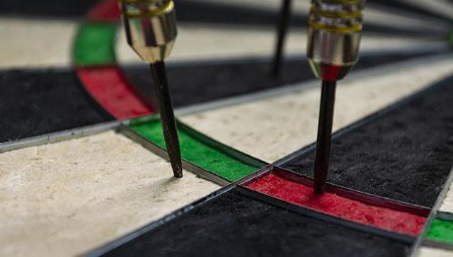 Как правильно кидать дротики в дартс: фото техники игры, чтобы научиться бросать и попадать в цель, играть, метать по правилам