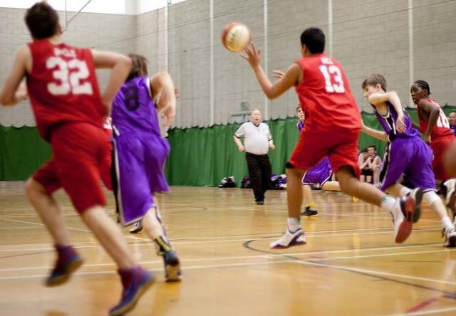 Правила баскетбола для школьников, влияние на физическое развитие, польза игры в школе, упражнения баскетбольным с мячом, обучение