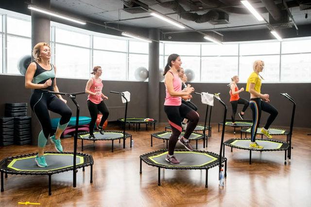 Прыжки на батуте: спортивные виды и любительские, элементы с резинкой, техника исполнения, развитие в России