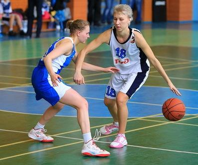 Ведение мяча в баскетболе: техника, как правильно это выполнять, баскетбольные правила, разновидности упражнений для обучения